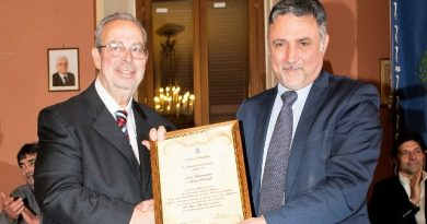 Il sindaco Alessandro Giovagnoli consegna la civica benemerenza a Bruno Pastorelli