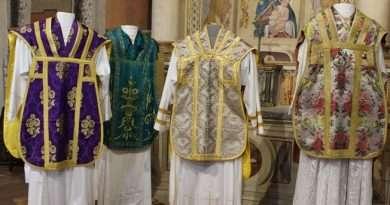 """A Villa San Giovanni in Tuscia """"Sacri Colori"""". In mostra una collezione di abiti liturgici della parrocchia di San Giovanni Battista"""