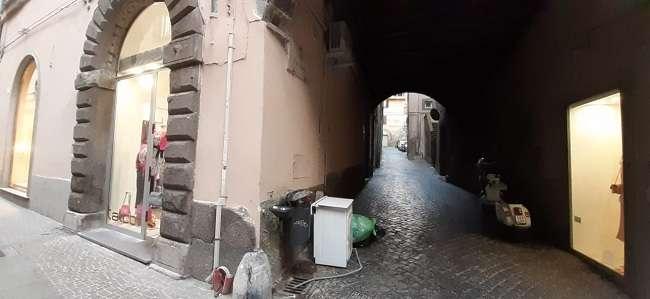 Lavatrice abbandonata nel centro storico